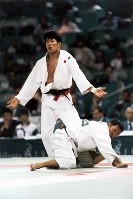 1996 Atlanta Olympics -- Japan's Kenzo Nakamura competes to win the gold medal in the 71-kilogram division in the men's judo. He struggled against Kwak Dae-Sung of South Korea in the final bout. Nakamura was behind Kwak, but tied in points just 3 seconds before the end of the bout and won a 2-1 decision. (Mainichi/Kikuya Katayama)