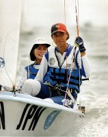 1996 Atlanta Olympics -- The Japanese pair of Alicia Kinoshita, front, and Yumiko Shige competes to gain the silver medal in the two person dinghy in women's sailing. (Mainichi/Yoshihiko Okamoto)