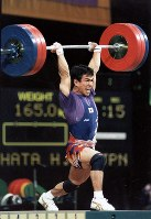 1996 Atlanta Olympics -- Japan's Hiroshi Ikehata competes in the 59-kilogram division in the men's weightlifting to finish fourth. He set new national records, lifting 132.5 kilograms in the snatch and 165 kilograms in the clean and jerk. (Mainichi/Yasunori Sato)