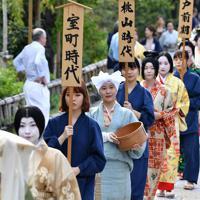 時代装束をまとい、練り歩く女性たち=京都市東山区で2019年9月23日午後2時57分、川平愛撮影