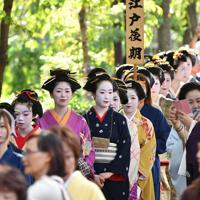 時代装束をまとい練り歩く女性たち=京都市東山区で2019年9月23日午後3時8分、川平愛撮影