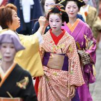 時代装束をまとい、練り歩く女性たち=京都市東山区で2019年9月23日午後2時35分、川平愛撮影