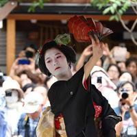 舞妓の髪型「先笄」で舞う「黒髪」も披露された=京都市東山区で2019年9月23日午後1時48分、川平愛撮影