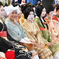 時代装束をまとい、神事の開始を待つ女性たち=京都市東山区で2019年9月23日午後0時53分、川平愛撮影