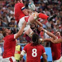 【ウェールズ―ジョージア】前半、相手選手と激しく競り合うウェールズのボール(上)=豊田スタジアムで2019年9月23日、大西岳彦撮影
