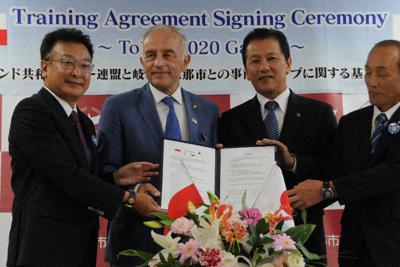 協定を結んだポーランドカヌー連盟のタデウス・ロブレブスキー会長(中央左)と小坂喬峰市長(同右)ら=岐阜県恵那市役所で