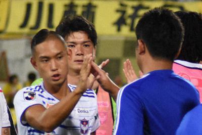 試合後にチームメートらとハイタッチする早川(左)