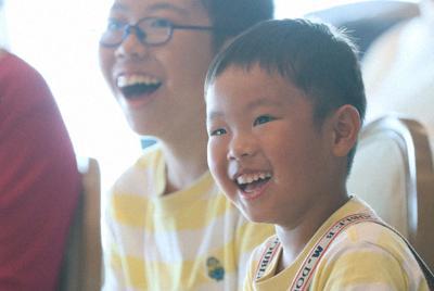 風船ショーに笑顔を見せる参加者たち