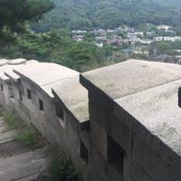 城郭沿いに延々と続く階段。城郭越しの遠望が救いだ=ソウル市の白岳山区間で2019年9月3日、大澤重人撮影