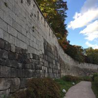 当時築かれた城郭の上に、新たに継ぎ足して復元した箇所も=ソウル市の駱山区間で2018年10月18日、大澤重人撮影
