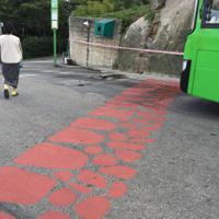 城郭が途切れた箇所には、道路に朱色で示してあった=ソウル市の駱山区間で2018年10月18日、大澤重人撮影