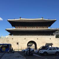 韓国指定宝物第1号で観光名所の東大門。東大門や南大門など四つの大門は漢陽都城の構成要素だ=ソウル市の駱山区間で2018年10月18日、大澤重人撮影