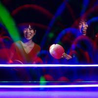 光る卓球台を楽しむ女性客=大阪市中央区で、猪飼健史撮影
