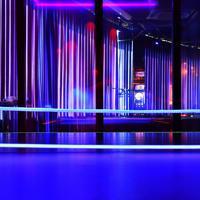 光る卓球台が置かれる店内=大阪市中央区で、猪飼健史撮影