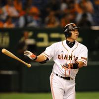 阿部慎之助(巨人)40歳/00年ドラフト1位。日本一に輝いた12年には首位打者と打点王の2冠で、セ・リーグ最優秀選手に選ばれた。通算2000安打、400号本塁打を達成した球界屈指の「強打の捕手」=東京ドームで2012年9月21日、猪飼健史撮影