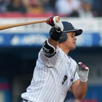 福浦和也(ロッテ)43歳/1年目の途中で投手から野手に転向。01年に打率3割4分6厘で首位打者を獲得すると6年連続で打率3割以上をマーク。昨年9月に通算2000安打を達成し、今年1月に引退を表明した=ZOZOマリンスタジアムで2018年9月22日、手塚耕一郎撮影