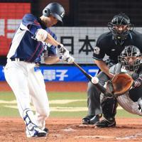 【ロッテ-西武】二回表西武1死満塁、秋山が3点適時三塁打を放つ=千葉・ZOZOマリンスタジアムで2019年9月24日、梅村直承撮影