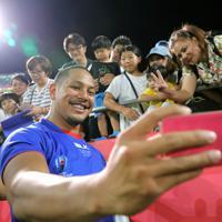 【ロシア―サモア】試合後、ファンたちと記念撮影するサモアのフィドウ=埼玉・熊谷ラグビー場で2019年9月24日、宮武祐希撮影