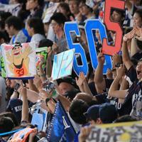 【ロッテ-西武】リーグ優勝を喜ぶ西武ファン=千葉・ZOZOマリンスタジアムで2019年9月24日、梅村直承撮影