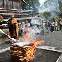 投函された手紙は次々と火にくべられ、祈りがささげられた=京都府舞鶴市北吸の大聖寺で2019年9月23日午後1時15分、行方一男撮影