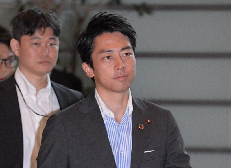 閣議に向かう小泉進次郎環境相=首相官邸で2019年9月13日、川田雅浩撮影