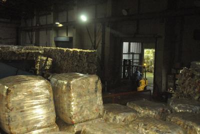 アンモニアの原料としてリサイクルされるプラスチック=川崎市川崎区の昭和電工で、鈴木理之撮影