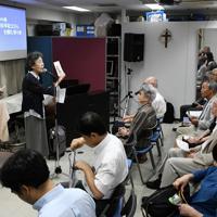 2000年から始まった「横田早紀江さんを囲む祈り会」。早紀江さん(中央)のそばで牧野三恵さん(左)と斉藤真紀子さん(左から2人目)らがそばで支えとなってきた=東京都中野区で2019年9月19日午後2時40分、竹内紀臣撮影