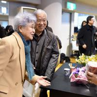 「横田夫妻を囲む会」を終え、支援者(右)と会話を交わす横田早紀江さん(左)と滋さん。娘のめぐみさんが1977年に北朝鮮に拉致されてから今年11月で40年を迎える=川崎市で2017年2月5日、竹内紀臣撮影