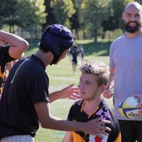 釜石やオーストラリアの高校生を指導するスコット・ファーディー選手(右)=岩手県釜石市で2019年9月24日午後2時8分、和田大典撮影