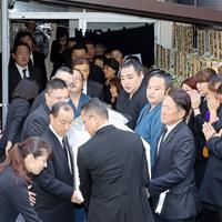 井筒親方の告別式で、棺を持つ鶴竜(中央右)ら関係者たち=東京都墨田区で2019年9月25日午後1時19分、小川昌宏撮影