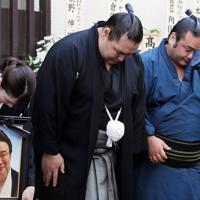 井筒親方の告別式で、参列者に頭を下げる鶴竜(中央)=東京都墨田区で2019年9月25日午後1時23分、小川昌宏撮影