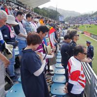 【フィジー―ウルグアイ】試合開始前、東日本大震災の犠牲者を悼み、選手とともに黙とうする観客たち=岩手・釜石鵜住居復興スタジアムで2019年9月25日午後2時10分、和田大典撮影