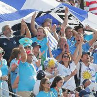 【フィジー―ウルグアイ】フィジーに勝ったウルグアイの選手たちに声援をおくる観客=岩手・釜石鵜住居復興スタジアムで2019年9月25日、和田大典撮影