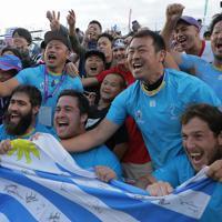 【フィジー―ウルグアイ】フィジーに勝ったウルグアイの選手たちと喜ぶ観客=岩手・釜石鵜住居復興スタジアムで2019年9月25日、和田大典撮影