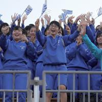 【フィジー-ウルグアイ】勝利したウルグアイ代表に歓声を送る地元の子どもたち=岩手・釜石鵜住居復興スタジアムで2019年9月25日午後4時21分、喜屋武真之介撮影