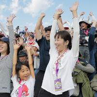 【フィジー―ウルグアイ】ハーフタイムにウェーブをして楽しむ観客=岩手・釜石鵜住居復興スタジアムで2019年9月25日、和田大典撮影