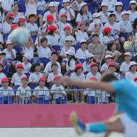 【フィジー―ウルグアイ】スタジアムに招待され、キックオフを迎えた釜石市内の子どもたち=岩手・釜石鵜住居復興スタジアムで2019年9月25日午後2時17分、和田大典撮影