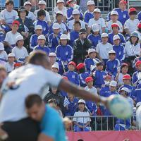 【フィジー―ウルグアイ】前半、試合を楽しむ釜石の子どもたち=岩手・釜石鵜住居復興スタジアムで2019年9月25日午後2時半、和田大典撮影