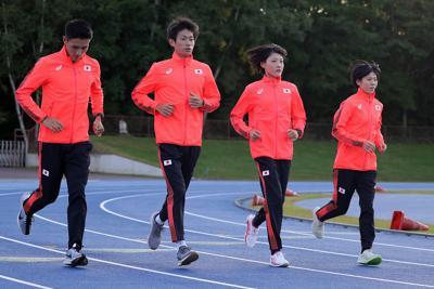 グラウンドを走る(左から)服部勇馬、中村匠吾、前田穂南、鈴木亜由子=青葉陸上競技場で2019年9月25日、貝塚太一撮影