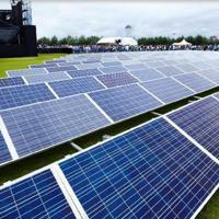 会場に並べられた約600枚の太陽光発電パネル=岐阜県中津川市で2018年9月(ワイズコネクション提供)