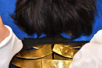 関西国際空港で摘発された金の密輸事例。昨年、訪日外国人がかぶったかつらに金塊が隠されていた=関西国際空港で2019年9月9日午前10時59分、小松雄介撮影