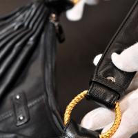 バッグの持ち手の金具に加工された金。押収された際は黒の塗装が施されていた=関西国際空港で2019年9月9日午前11時28分、小松雄介撮影