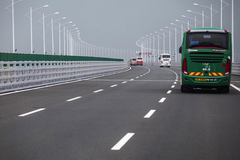 2018年10月に開通した港珠大橋。香港、マカオ、中国・珠海を結ぶ世界最長の海上橋(Bloomberg)