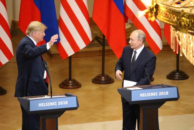 トランプ米大統領(左)とプーチン露大統領=2018年7月16日、高本耕太撮影