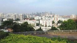 サザンリッジの尾根から高層公営住宅街越しにシンガポールの都心を見る(写真は筆者撮影)