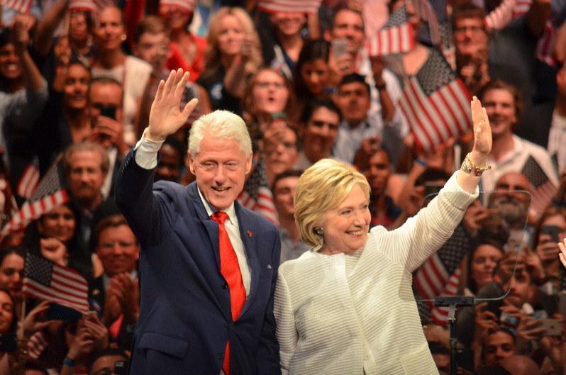 2016年の米民主党・大統領候補指名争いで勝利演説をし、夫のビル・クリントン元大統領(左)と声援に応えるヒラリー・クリントン元国務長官=2016年6月7日、西田進一郎撮影