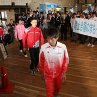 多くの市民に出迎えられる中村匠吾選手(中央)らマラソン日本代表チームのメンバー=千歳市役所で、貝塚太一撮影