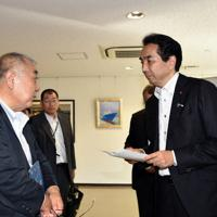 県漁連の野崎哲会長(左)の説明を聞く江藤拓農相(右)=福島県いわき市小名浜の小名浜魚市場で