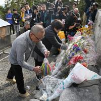 御嶽山の7合目にある御嶽神社の遥拝所で行われた慰霊式で、花や千羽鶴を手向ける遺族=長野県王滝村で2019年9月26日午後3時14分、佐々木順一撮影