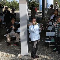 御嶽神社の遥拝所で行われた慰霊式で、御嶽山に向かってシャボン玉を飛ばす遺族=長野県王滝村で2019年9月26日午後3時24分、佐々木順一撮影